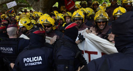 Firefighters scuffle with cops in Barcelona protest
