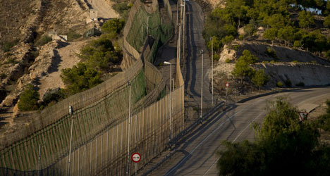 100 immigrants jump border to enter Spain