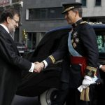 King Felipe VI (R) shakes hands wih Spanish Prime Minister Mariano Rajoy on arrival at the Congress.Photo: Sergio Barrenechea/AFP