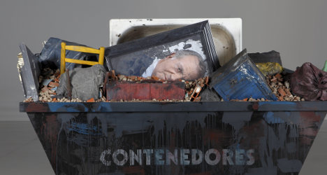 Artist causes stir with 'king in trash' piece