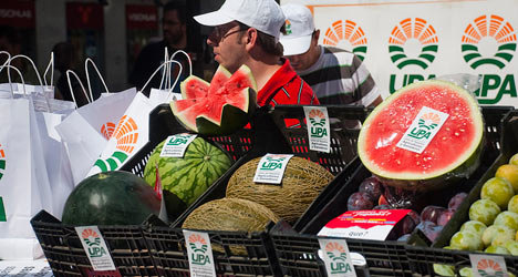 Furious farmers defy Russia with free fruit