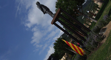 Vandals topple statue of disgraced politician