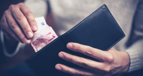 Tissue seller hands in €16,000 to police