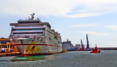 Spain stowaway narrowly escapes crushing death