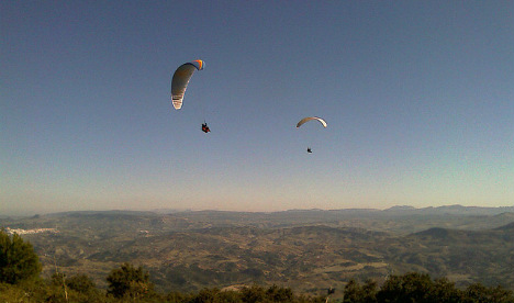 British paraglider dies after chute collapses
