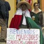 """A man holds a sign reading """"Welcome Their Majesties. Zacatecas and Guadalupe are your home"""" in Zacatecas, Mexico, on July 1, 2015, during the visit of Spanish King Felipe and Queen Letizia.Photo: Hector Guerrero/AFP"""