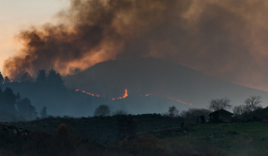 Helicopter crashes battling wildfire in northern Spain killing pilot