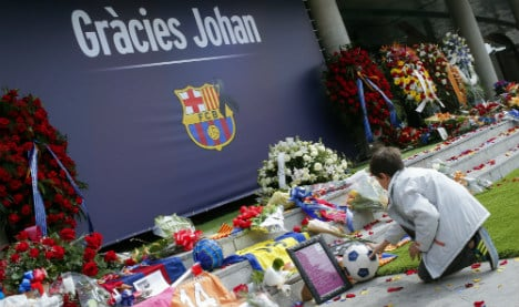 Thousands pay respects at memorial to legendary Cruyff
