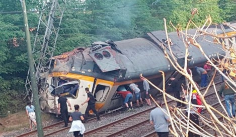 Four dead and dozens injured as train derails in Galicia