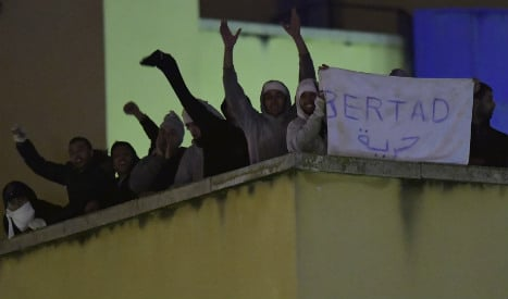 Migrants stage rooftop protest at Madrid detention centre
