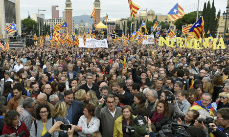 80,000 Catalans gather to back pro-independence leaders