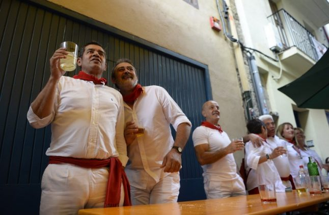 Police stop Italians from doing a runner at San Fermin…and make them leave a tip