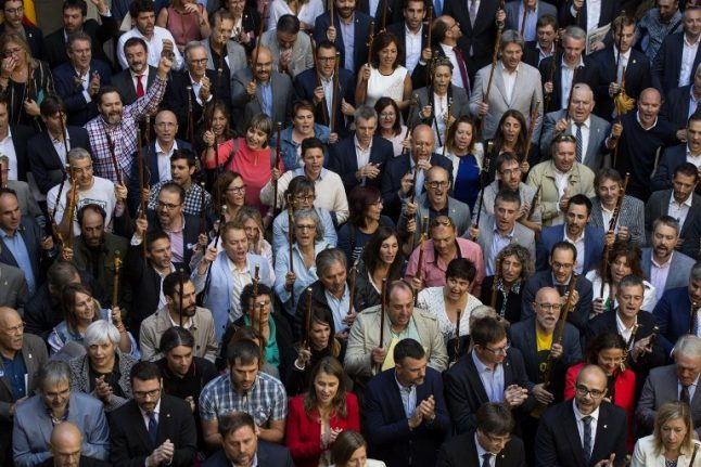 'We will vote' say 700 Catalan mayors in referendum protest