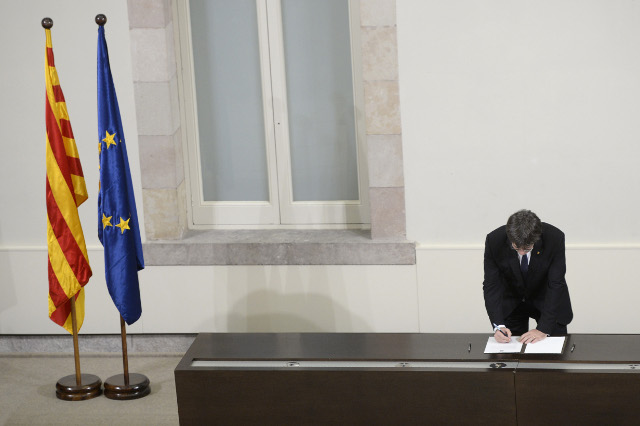 Spain to hold crisis talks after Catalan leader signs 'suspended' independence declaration