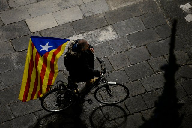 Ousted Catalan government ditches unilateral independence push