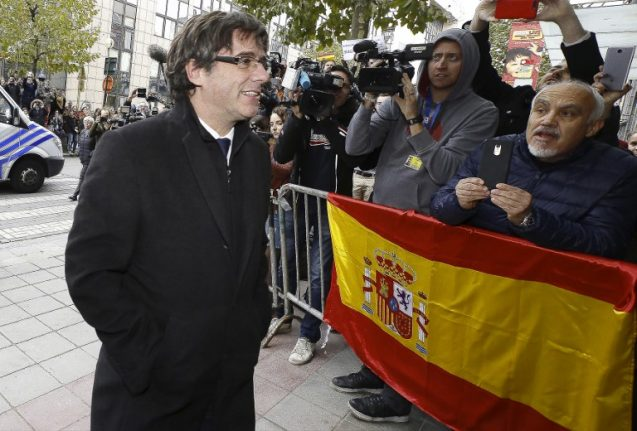 VIDEO: This is what Puigdemont did when presented with a Spanish flag in Denmark