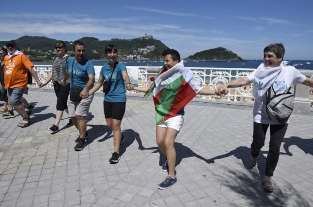 Basques form human chain for Basque independence vote