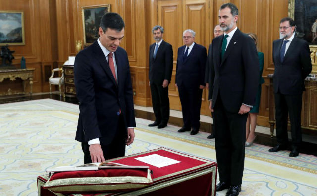 Spain's new PM first to take oath of office without bible