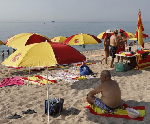 Anti-independence protest sees Spanish flags fly on Catalan beach
