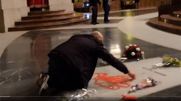 Video: Man spray-paints 'freedom' on Spanish dictator's disputed tomb