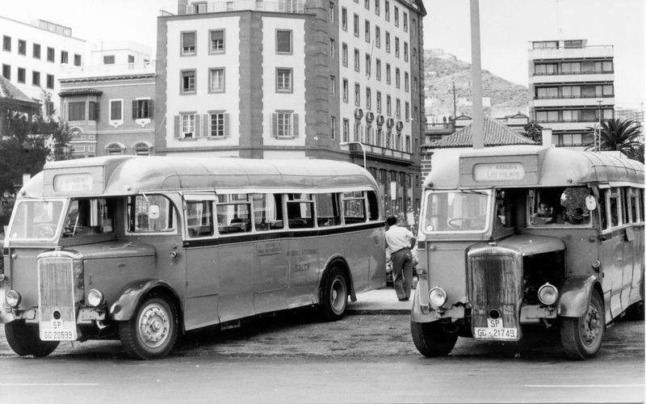 Why do people in Spain's Canary Islands call the bus 'la guagua'?