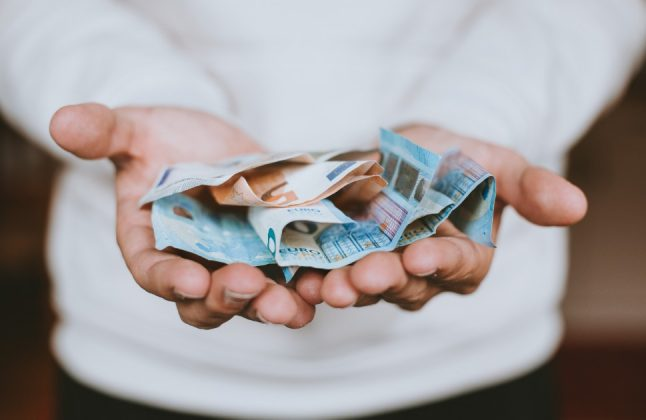 Coronavirus: How safe is it to pay in cash in Spain?