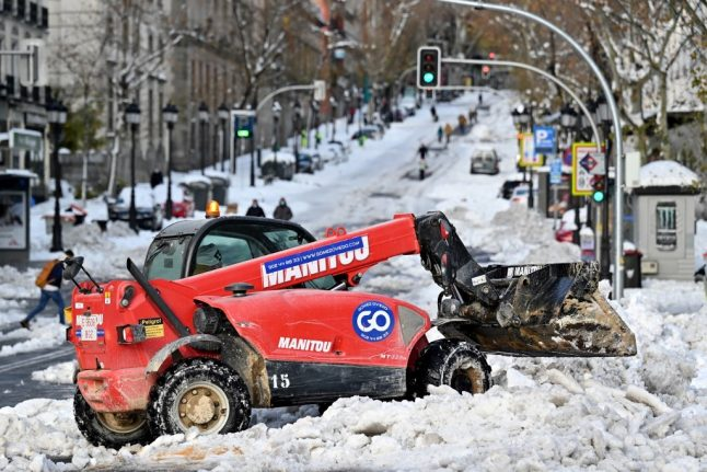 Spain races to clear snow before cold snap freezes roads