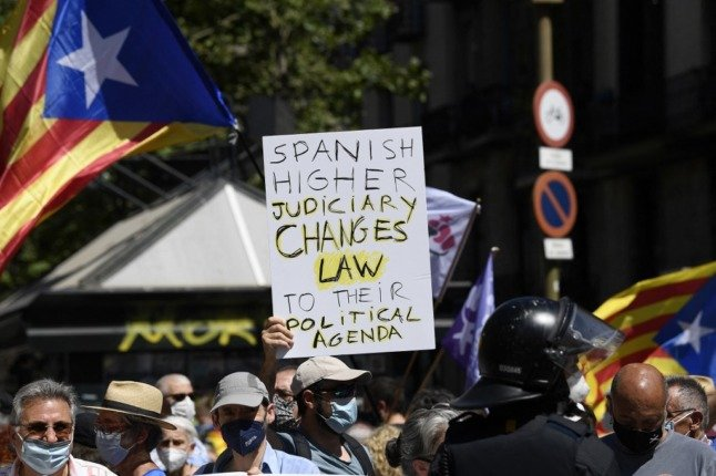 Pro-independence demonstrators gather during a protest as Spain's prime minister Pedro Sanchez delivers his speech at the Gran Teatre del Liceu in Barcelona, on June 21, 2021 to outline his government's plans to pardon the jailed Catalan separatists behind a failed 2017 independence bid. - Spain's government will pardon the jailed Catalan separatists behind a failed 2017 independence bid, Prime Minister Pedro Sanchez said. (Photo by Josep LAGO / AFP)
