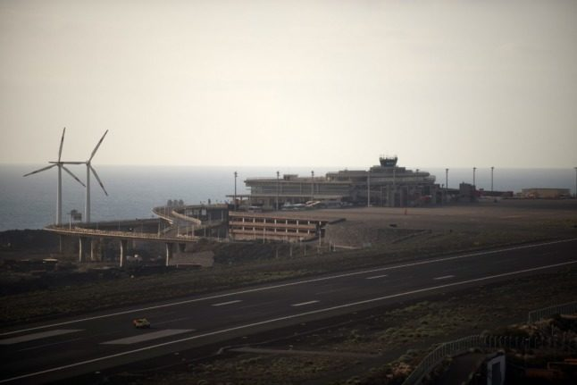 General view of the closed and empty airport after all flights were cancelled, on the Canary Island of La Palma, on October 7, 2021, as clouds of thick ash from the erupting volcano on La Palma forced the island's airport to close for the second time since the September 19 eruption. (Photo by JORGE GUERRERO / AFP)